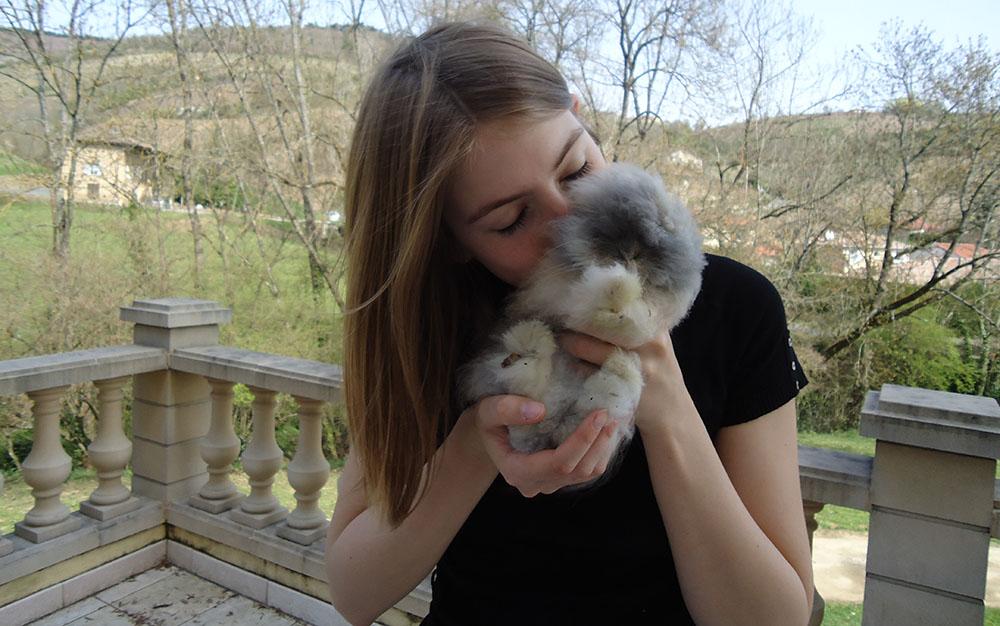Gros calin à mon lapin Gribouille, encore bébé sur la photo