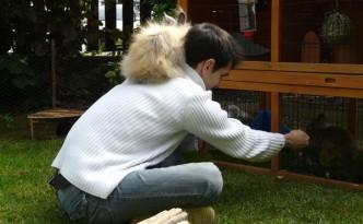 Mon copain qui s'occupe des lapines durant les vacances d'été